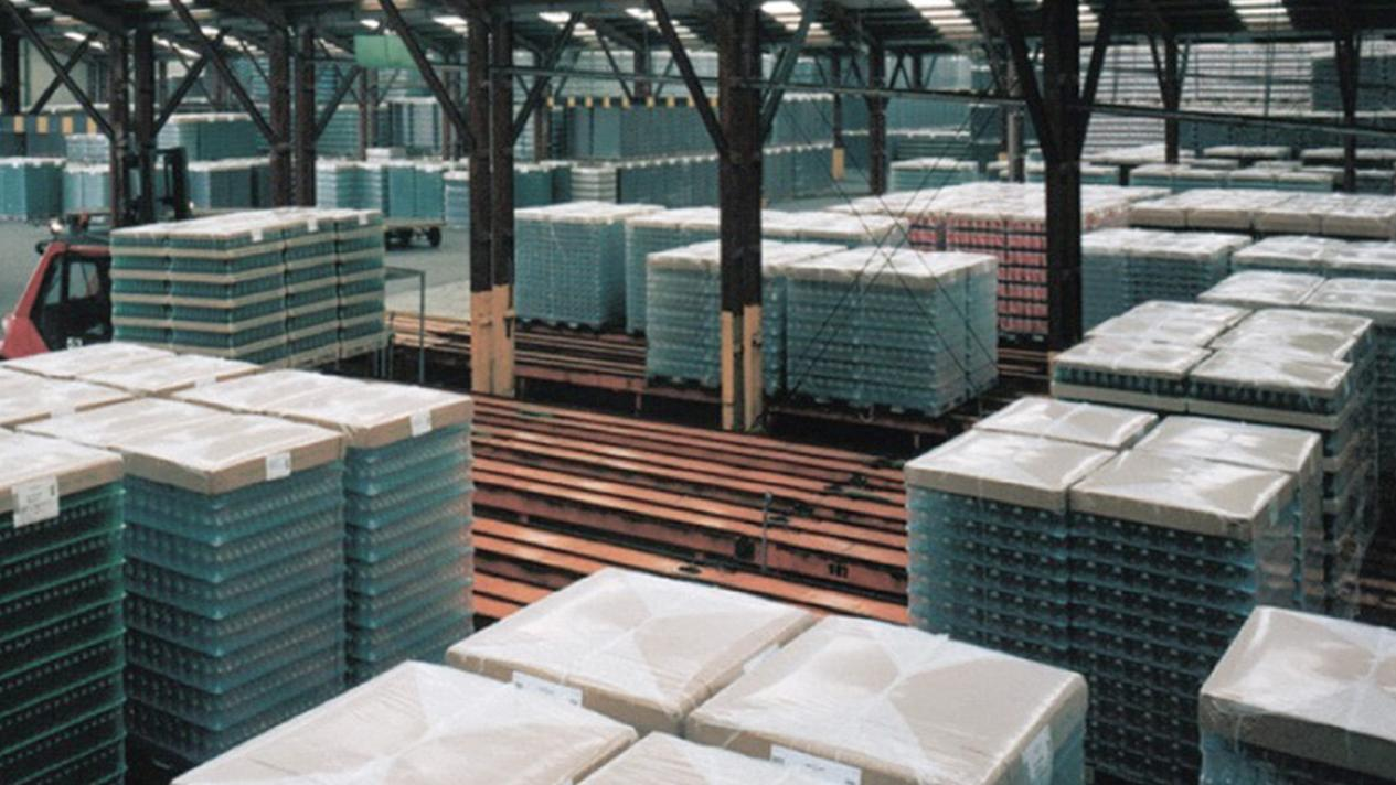 The range of the MSK pallet handling in the beverage industry comprises the conveying from the palletizing station to the packing plant and further to truck loading or into the pallet storage